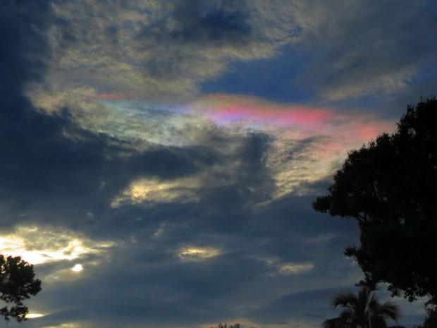 Foto de nuvem iridescente em Itanhaém, no litoral de São Paulo. A foto foi tirada em 20/12/2012 por Meire Ruiz.